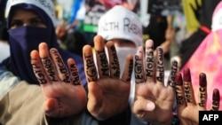 Активисты пакистанской партии «Жамаат-е-Ислами» показывают жест из четырех пальцев в знак поддержки свергнутого президента Египта Мухаммеда Мурси. Карачи, 20 августа 2013 года.