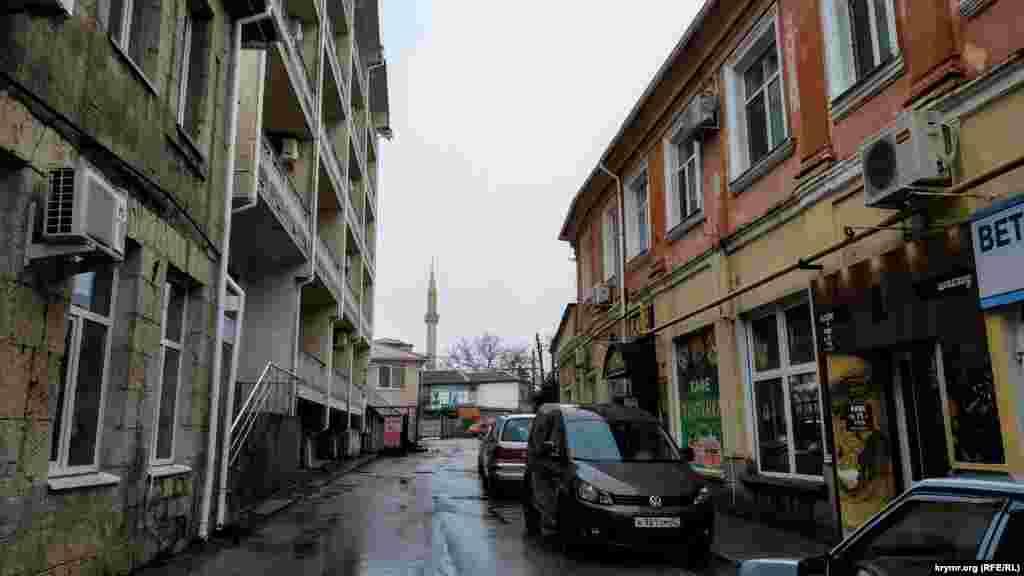 Дорога до мечеті, розташованої на вулиці Верхній, пролягає через стару частину Алушти
