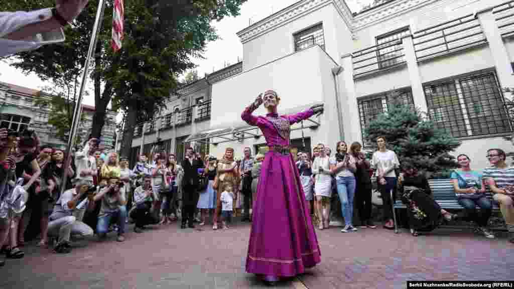 В Украине проживает около 300 тысяч крымских татар, 2000 караимов и 400 крымчаков. Сейчас эти народы под особой угрозой из-за аннексии Крымского полуострова Россией и агрессивной политики в отношении этносов со стороны оккупационных властей