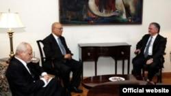Глава МИД Армении Эдвард Налбандян принимает главу департамента по международным отношениям палестинского движения ФАТХ Набиля Шааса, Ереван, 20 июня 2011 г. (фотография - пресс-служба МИД Армении)