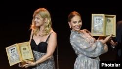 Настасья Кински (слева) и Орнелла Мути на церемонии открытия кинофестиваля «Золотой абрикос», Ереван, 12 июля 2015 г.