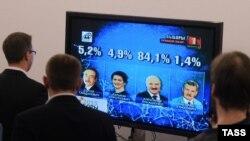 Результаты выборов президента Белоруссии на экране в здании ЦИК