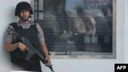 Сотрудник специального отряда полиции в Джакарте. Иллюстративное фото.