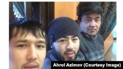 Ахрал Азимов с сыновьями Акрамом и Аброром (слева).