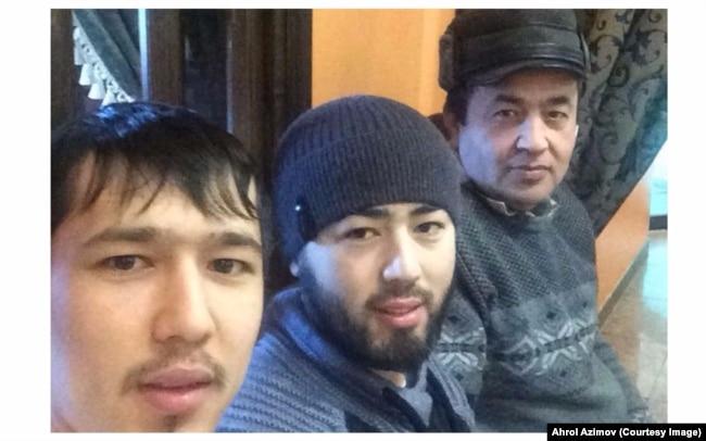 Акрам и Аброр Азимовы с отцом Ахролом. Фото со страницы Ахрола Азимова в Фейсбуке