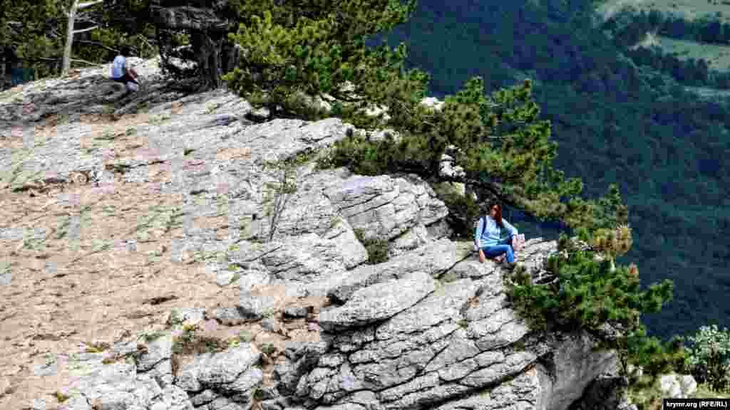 Дівчина піднялася на скелю, щоб зробити фото на пам'ять