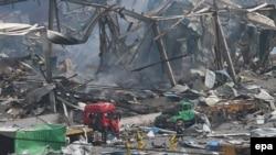 Спасатели на месте взрыва в китайском городе Тяньцзинь. 14 августа 2015 года.