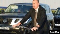 Prezident İlham Əliyev, İsmayıllı velosiped zavodunun ilk istehsalını sınaqdan çıxarır, 10 avqust 2016