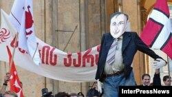 Для многих соотечественников Михаил Саакашвили (здесь в виде чучела на митинге перед зданием парламента) давно перестал быть властителем дум