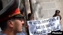 Օտարալեզու դպրոցների բացման մասին օրինագծի դեմ բողոքի ցույցը Կառավարության շենքի մոտ: 7-ը հունիսի, 2010թ.