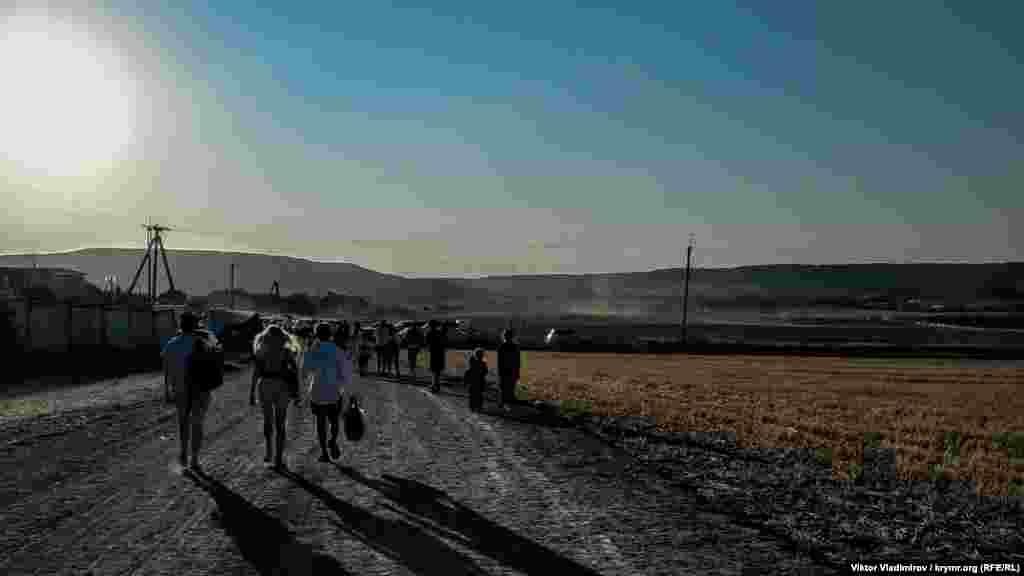 Mında kelmege qıyın degil – Bağçasaraydan Süyür Taşqa qadar marşrut bar, andan ise Tebertige qadar 2 kilometr cayav kelmek mümkün