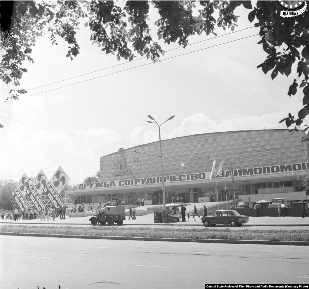 Дворец спорта имени 50-летия Октября. Снимок (слева) сделан в 1978 году.Дворец был построен в 1967 году архитектором Владимиром Кацевым. Он был предназначен для проведения как спортивных мероприятий, так и различных выставок, ярмарок и выступлений. После провозглашения Казахстаном независимости сменил вывеску и сейчас называется Дворцом спорта имени Балуана Шолака. В 2010 году, к зимним Азиатским играм, которые проходили в Алматы и столице, объект был полностью реконструирован и переоснащен.