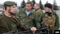 """Ўзини """"Донбасс халқ республикаси"""" деб атаëтган Александ Захарченко тан соқчилари билан."""