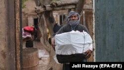 Спасение имущества во время наводнения в афганской провинции Герат, архивное фото, 2019 год