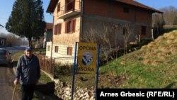 Житель деревни Маклженовач Марко Пранжич стоит перед собственным домом, через который проходит пограничная линия. Январь 2015 года.