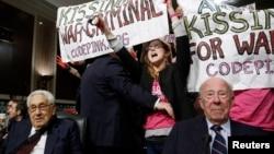 Бывшие госсекретари США Джордж Шульц (справа) и Генри Киссинджер среди активистов массового антивоенного движения «Коуд Пинк: Женщины за мир» (Code Pink: Women for Peace, CODEPINK), Вашингон (архив, дата не указана)