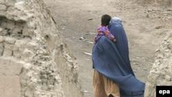 Әфганстан хатын-кызы баласын сакларга тырыша