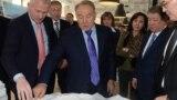 Нурсултан Назарбаев в бытность президентом Казахстана знакомится с проектами спортивных объектов. Справа от него - его средняя дочь Динара Кулибаева. Алматы, 1 января 2014 года.