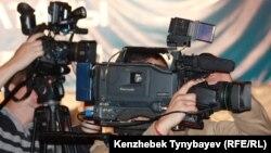 Оппозициялық партия жиынын түсіріп жатқан телеоператорлар. (Көрнекі сурет)