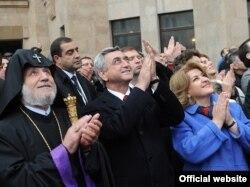 Սերժ Սարգսյանը մասնակցում է Մոսկվայում Հայ Առաքելական եկեղեցական նորակառույց համալիրի Մայր տաճարի գմբեթի խաչերի օրհնության եւ օծման արարողություններին, 23-ը հոկտեմբերի, 2011թ․