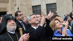Президент Армении Серж Саргсян присутствует на церемонии освящения креста Армянского церковного комплекса Москвы, 23 октября 2011 г.