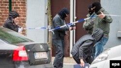 Бельгия полициясы терроризмге қарсы операция кезінде. Брюссель, сәуір 2016 жыл.