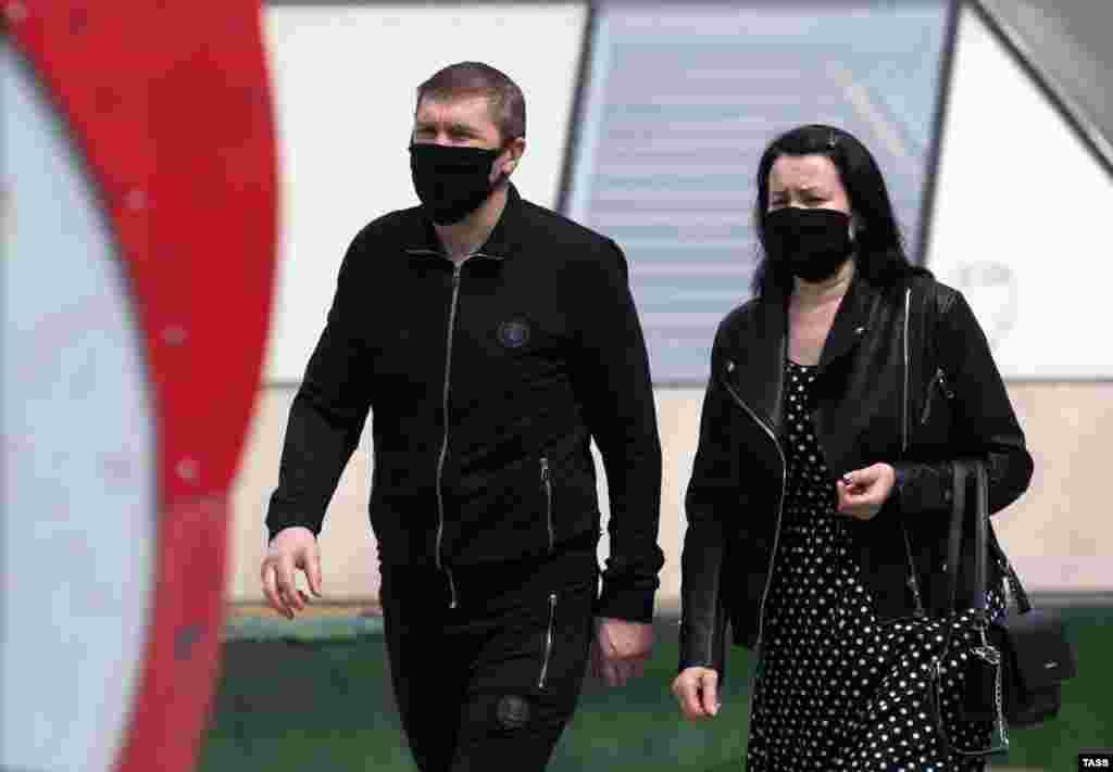 Мода на носіння тканинних масок (іноді саморобних) з'явилася задовго до поширення коронавірусу в світі. В азіатських країнах це – звичний атрибут через високий ступінь забруднення повітря і щільність населення. Однак така маска, як і медична, не захистить від проникнення дрібних частинок або крапель