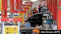 Iranian drivers fill their tanks at a gas station in the capital Tehran, November 5, 2018. File photo