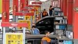 در تازهترین دور افزایش بهای بنزین در ایران، بهای بنزین سهمیهای به ۱۵۰۰ تومان و بنزین آزاد به ۳۰۰۰ تومان افزایش یافت.