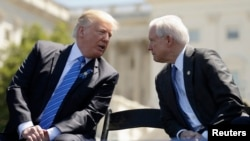 U.S. President Donald Trump (left) and Attorney General Jeff Sessions (file photo)