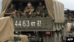 Колонна российских военных, возвращающихся из Грузии. Рухи, 22 августа 2008 года.