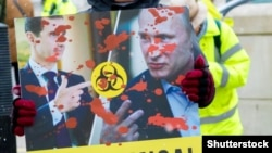 Фрагмент антивоенного плаката с Башаром Асадом и Владимиром Путиным на митинге в Лондоне. 17 марта 2018 года
