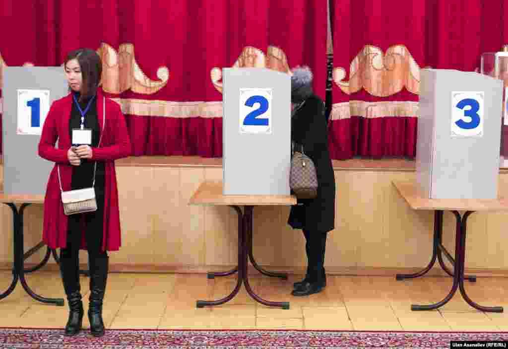 Конституциялық өзгертулерге қатысты референдум мен жергілікті кеңеш сайлауы өткен күні Бішкектегі сайлау учаскесінде дауыс беріп жатқан адамдар. 11 желтоқсан 2016 жыл.