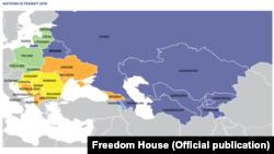 """Freedom House ұйымының """"Өтпелі кезеңдегі мемлекеттер. Иллиберализмге қарсы тұру"""" деп аталатын есебінен скриншот."""