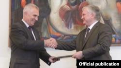 ԵՄ պատվիրակության նորանշանակ ղեկավար Պյոտր Սվիտալսկին իր հավատարմագրերի պատճենն է հանձնում ԱԳ նախարար Էդվարդ Նալբանդյանին, արխիվ