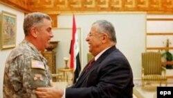 ژنرال ابی زيد، فرمانده نيروهای آمريکايی در عراق و جلال طالبانی، رييس جمهوری عراق