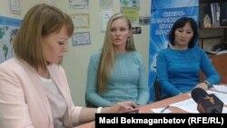 """""""Құқықтық медиа-орталық"""" директоры Диана Окремова (ортада) және заңгері Гүлмира Біржанова (оң жақта). Астана, 5 қазан 2015 жыл."""
