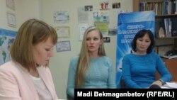 Директор «Правового медиа-центра» Диана Окремова (в центре) и юрист этой организации Гульмира Биржанова (справа). Астана, 5 октября 2015 года.