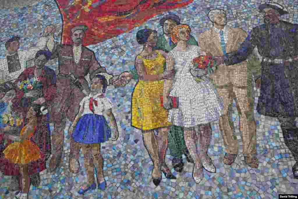 """Мозаичное панно """"Дружба народов"""" в Бишкеке, Кыргызстан."""