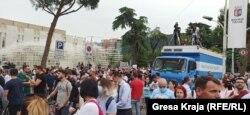 Protesta e sotme në Tiranë, pas shembjes së Teatrit Kombëtar.