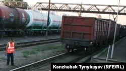 Вагоны и железнодорожные цистерны на станции Уштобе в Алматинской области. Иллюстративное фото.