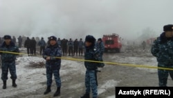 Ұшақ құлаған жерде тұрған полиция қызметкерлері. Қырғызстан, 16 қаңтар 2017 жыл.