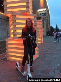 Анастасія Волокіта зі своїм електросамокатом
