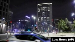 Италија- Полициски автомобил патролира низ Милано