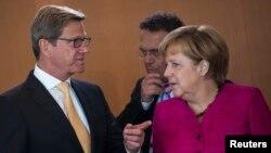 Ministri i jashtëm gjerman Guido Westerwelle (majtas) dhe kancelarja gjermane Angela Merkel (djathtas)
