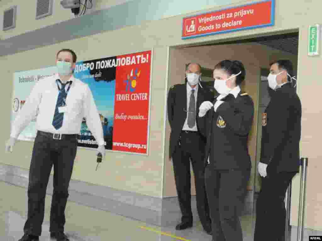 Crna Gora - Maske i u Podgorici - Svi zaposleni podgoričkog aerodroma su obavezni nositi maske i rukavice da bi se zaštitili od eventualnog virusa.