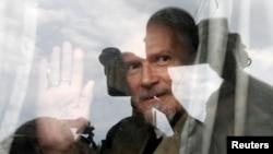 Эдуард Лимонов неоднократно задерживался при попытке провести акцию на Триумфальной площади в Москве. На снимке: Лимонов машет рукой из автобуса 31 мая 2013 года