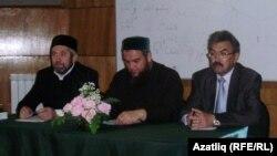 Сулдан уңга: Әлфәс Гайфулла, Идрис Галәветдин, Рөстәм Галиуллин. Чаллы, май 2011