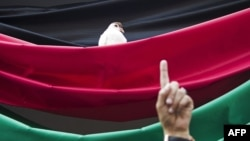 Голубь, севший на национальный флаг Афганистана на зданиии местного ЦИКа в Кабуле, – добрый знак, по мнению всех политиков