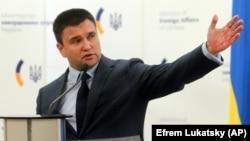 Павло Клімкін закликав українських громадян на окупованих Росією територіях не приймати російські паспорти